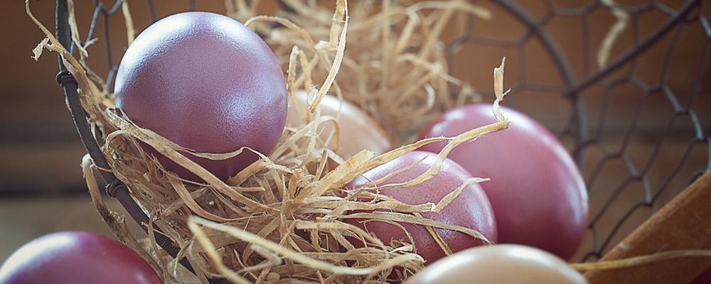 A Pasqua in Maremma è tradizione colorare le uova e farle benedire